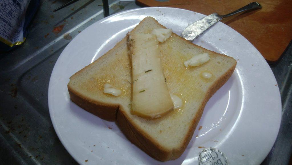 トースター機能でチーズごと温めようとしたら「NO!」と止められた。このチーズはフレッシュなまま食べるんだよ、と教えてくれた。