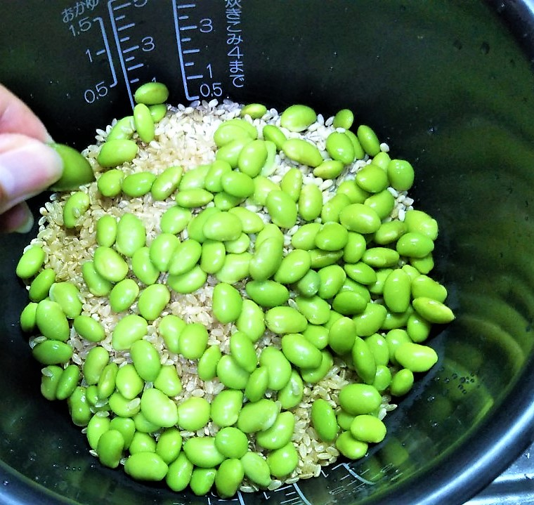 【ゆる糖質制限】炊飯器レシピ!枝豆とブロッコリーの炊込みご飯